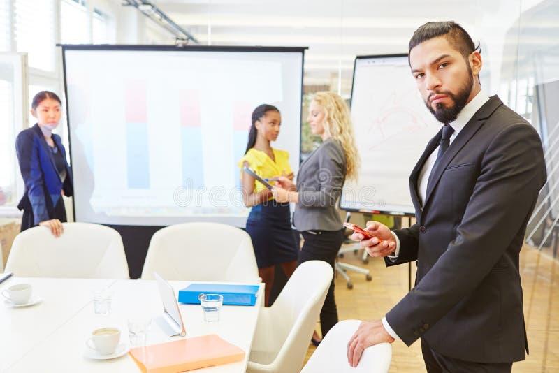 Man som affärschef med ansvar arkivbild
