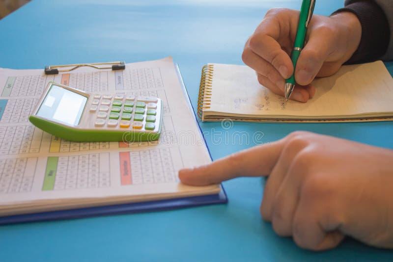 Man som analyserar finansiellt begrepp f?r statistik R?knemaskinerna, f?retags?garna, redovisningen och teknologin arkivfoto
