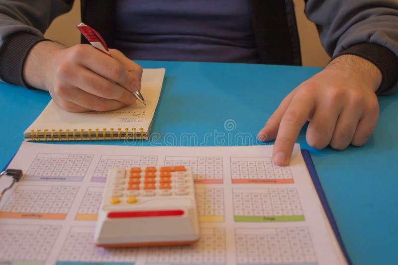 Man som analyserar statistik R?knemaskinerna, f?retags?garna, redovisningen och teknologin, aff?r arkivfoto
