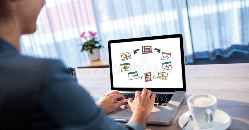 Man som använder bärbar datordatoren på tabellen arkivfoton