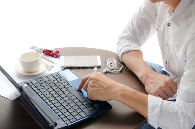 Man som använder bärbara datorn royaltyfri bild