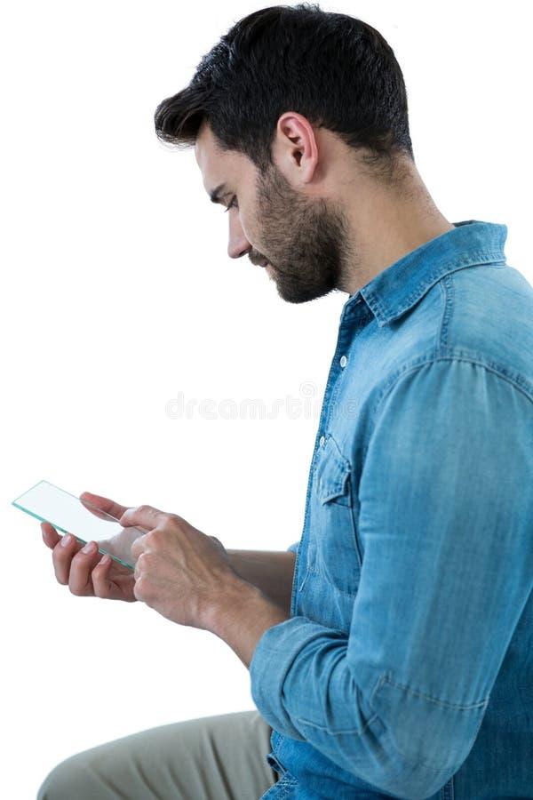 Man som använder den futuristiska mobiltelefonen arkivbild