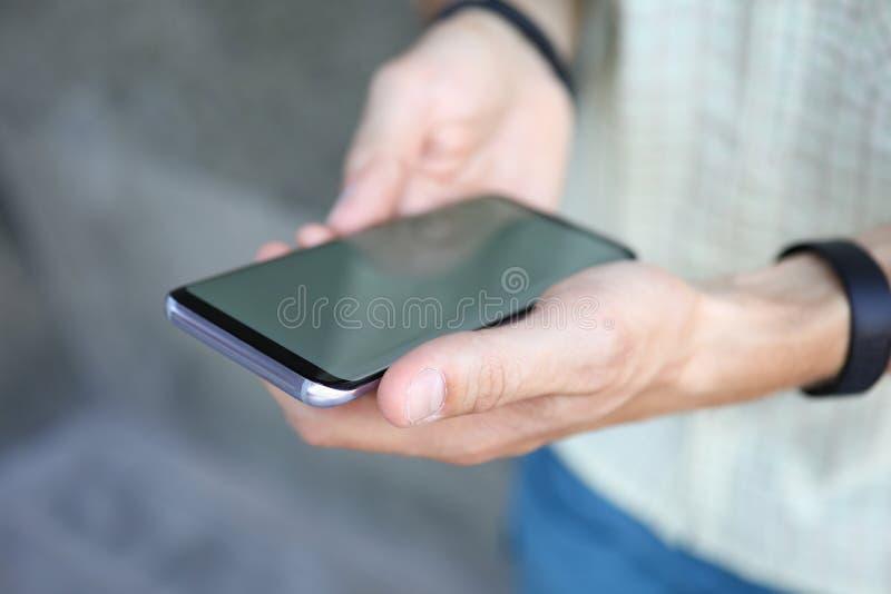 Man som använder den moderna mobiltelefonen royaltyfri foto