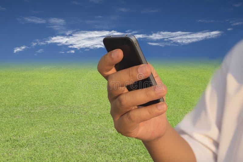 Man som använder den smart telefonen för mobil royaltyfri bild