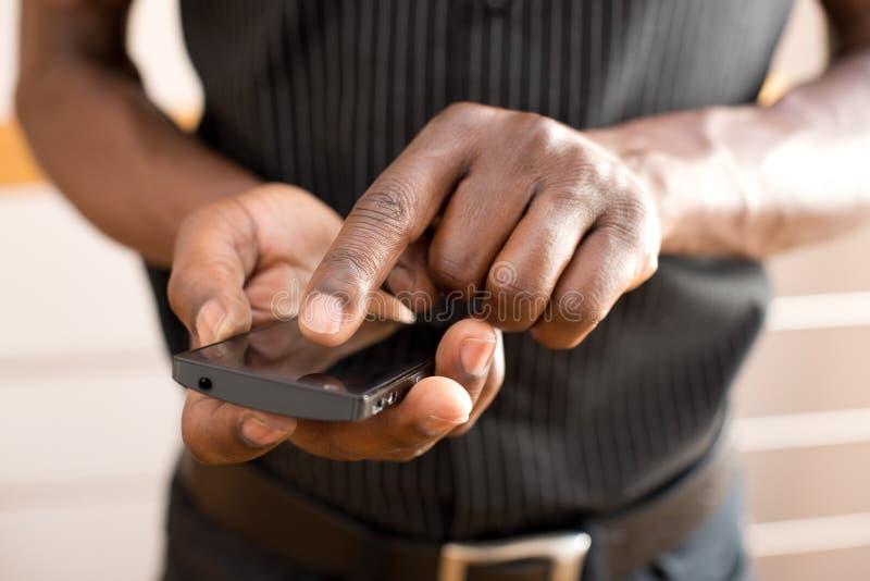 Man som använder den smarta telefonen royaltyfri bild