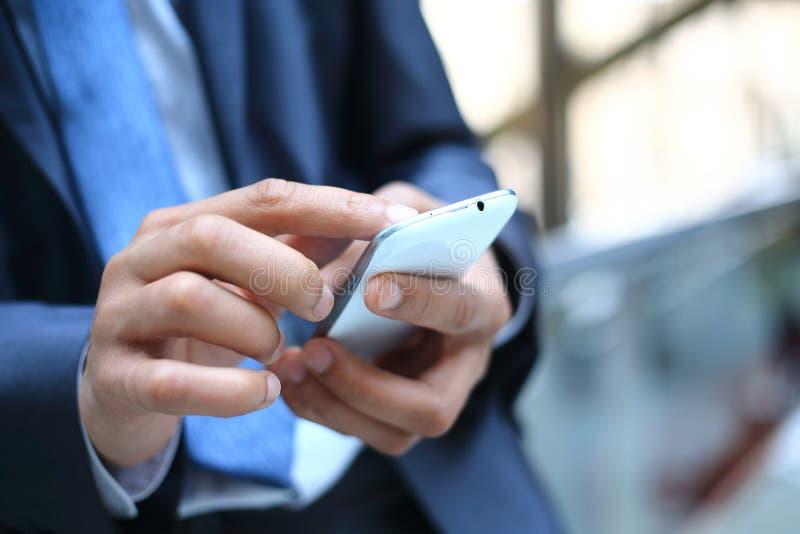 Man som använder den smarta telefonen för mobil arkivbilder
