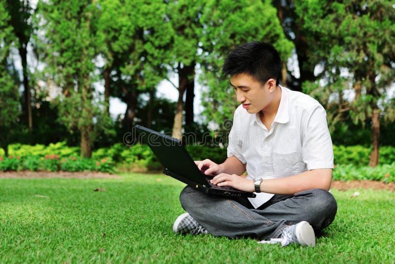 Man som använder den utomhus- datoren royaltyfria foton