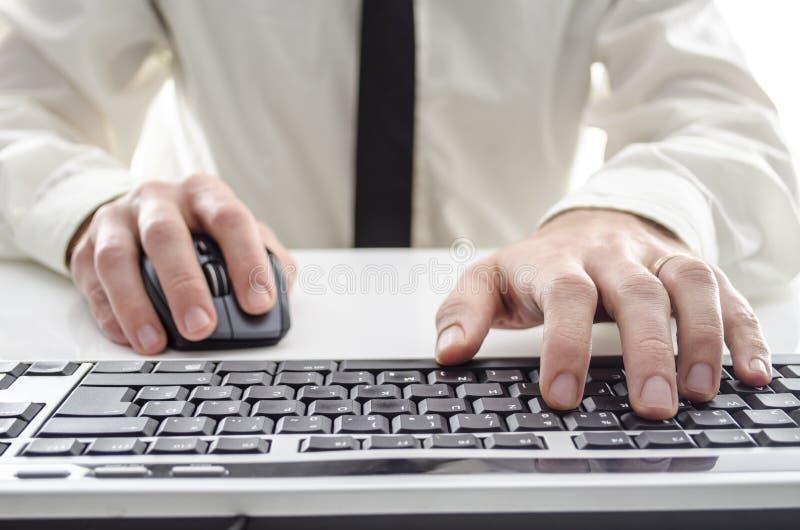 Man som använder en dator royaltyfria foton