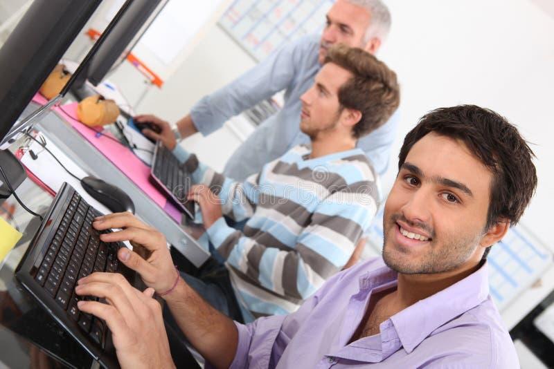 Man som använder en dator arkivfoton