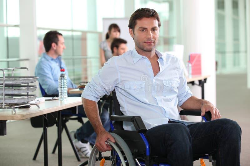 Man som använder en rullstol arkivfoton