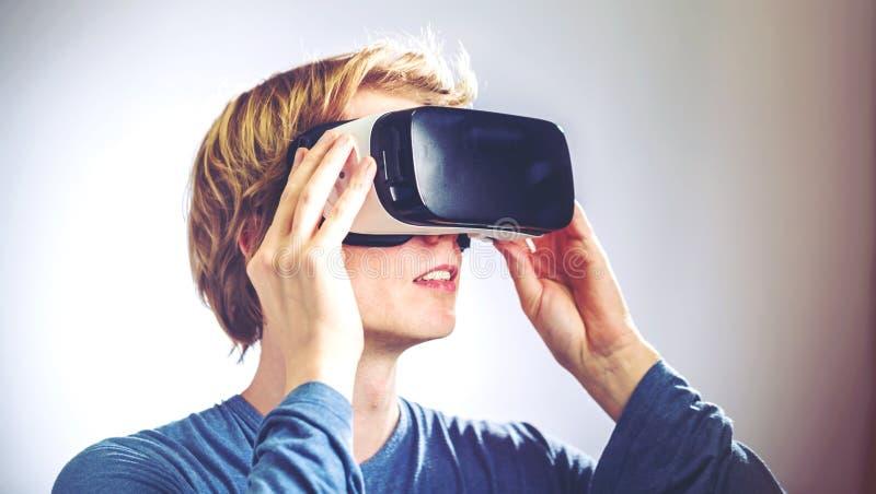 Man som använder en virtuell verklighethörlurar med mikrofon royaltyfria bilder