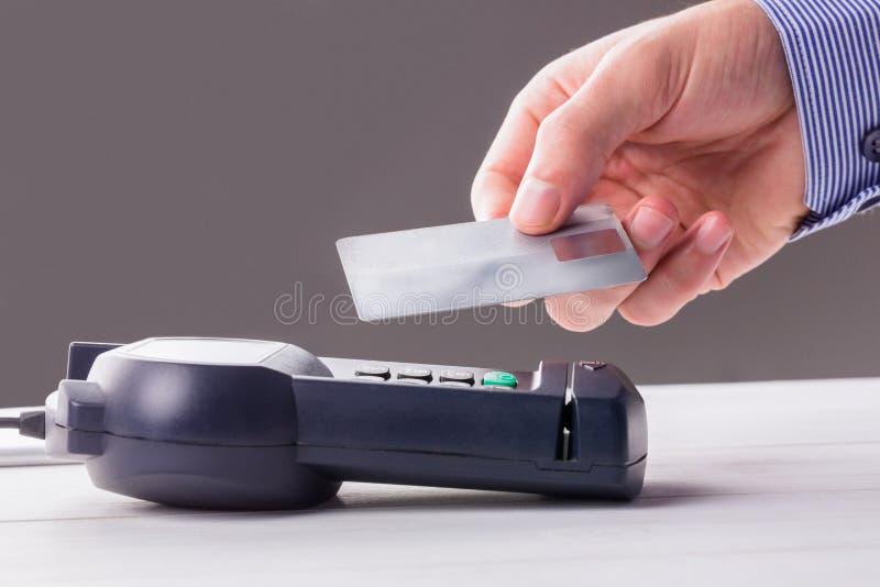 Man som använder kortet för att uttrycka lön royaltyfri fotografi