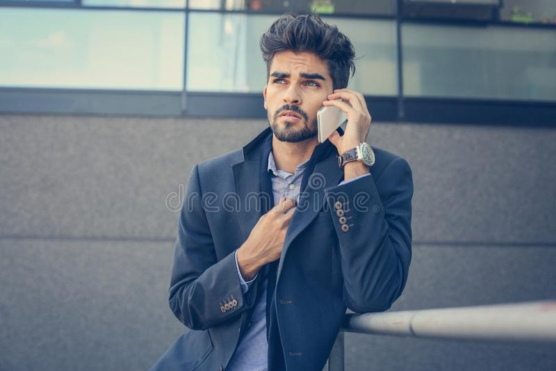 Man som använder mobiltelefonen i staden royaltyfri foto
