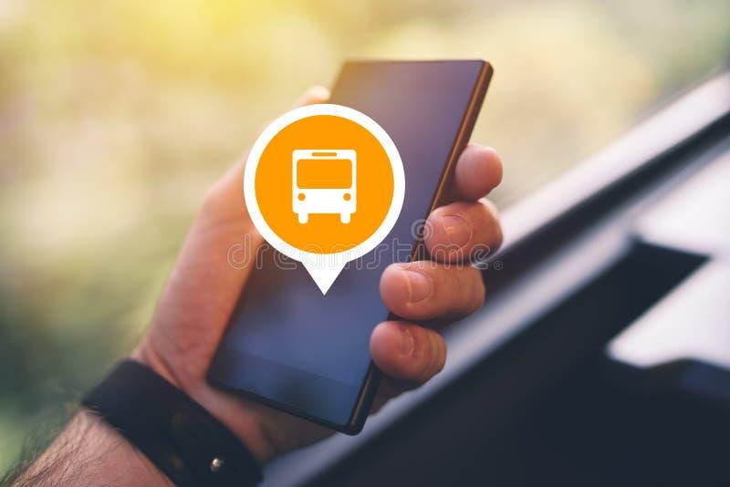 Man som använder smartphonen app för att inhandla den elektroniska biljetten för buss arkivbilder