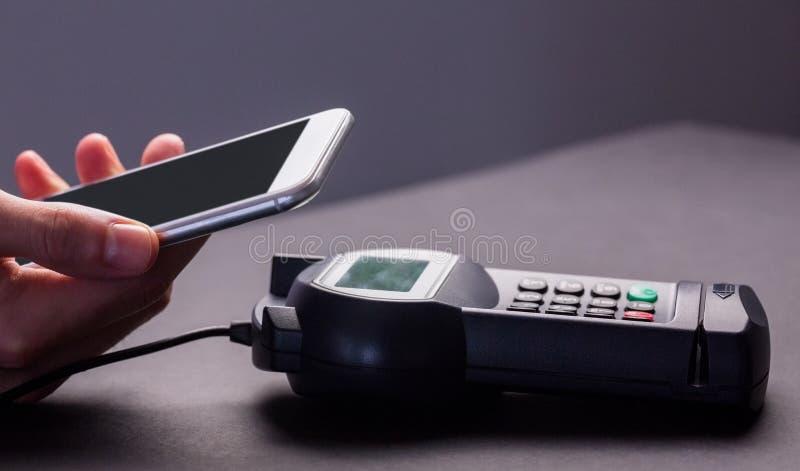 Man som använder smartphonen för att uttrycka lön royaltyfria bilder