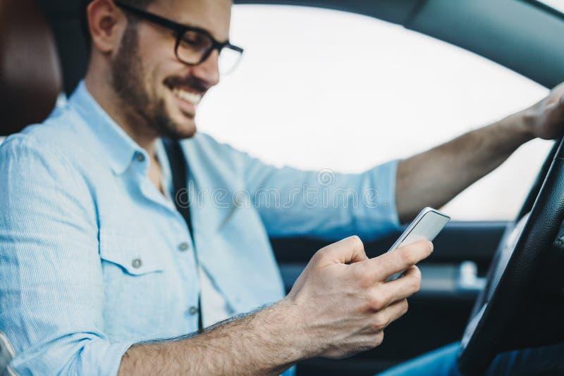Man som använder telefonen, medan köra bilen arkivbilder