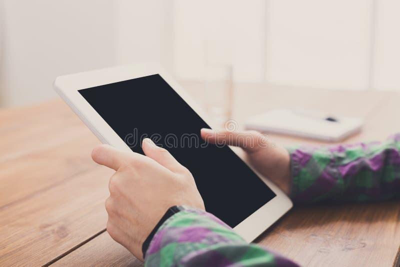 Man som använder upp den digitala minnestavlan, slut, sidosikt, royaltyfri foto