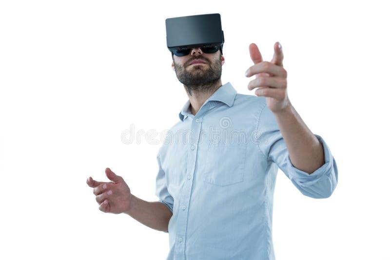 Man som använder virtuell verklighethörlurar med mikrofon arkivbilder