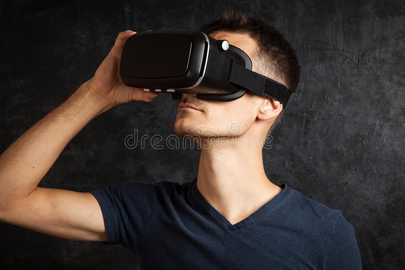 Man som använder VR-skyddsglasögon arkivfoto