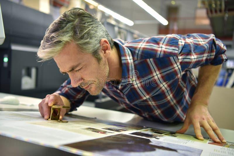 Man som arbetar i printingbransch royaltyfria bilder