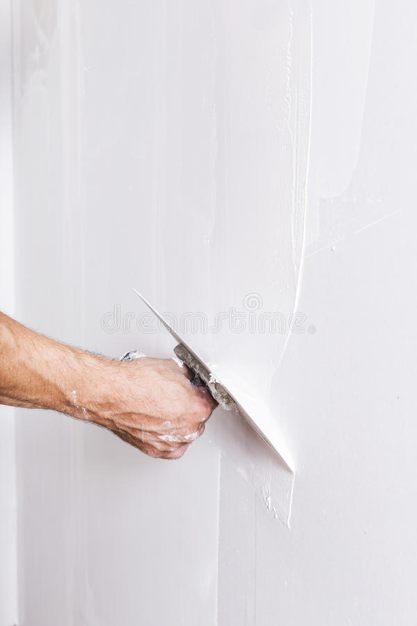 Man som arbetar med mursleven Renovera hemmiljön royaltyfri fotografi