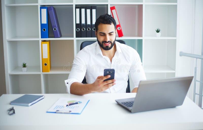 Man som arbetar på datoren i modernt kontor royaltyfri foto