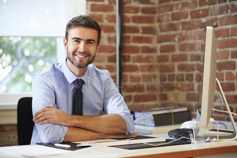 Man som arbetar på datoren i modernt kontor arkivbilder