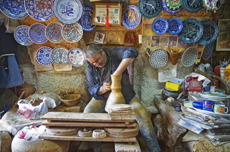 Man som arbetar på hjulet för keramiker` s arkivfoton