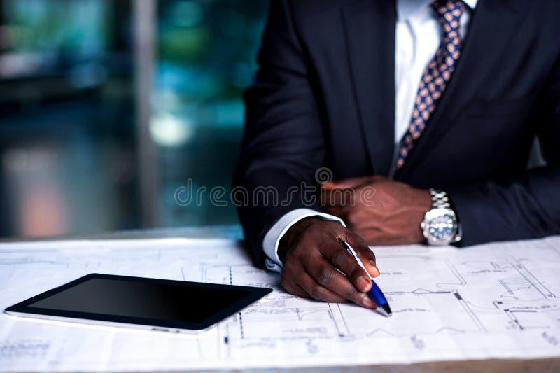 Man som arbetar på näringslivsutvecklingplan royaltyfria bilder