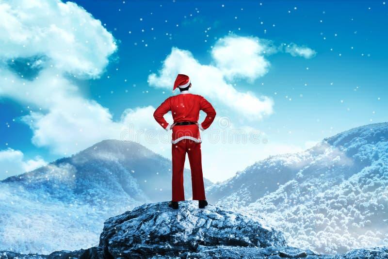 Man som bär den Santa Claus dräkten på det snöig berget arkivbilder