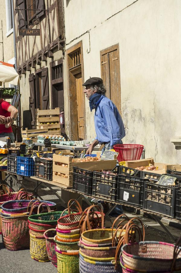 Man som bär det franska bärlocket på den traditionella franska marknaden royaltyfri bild