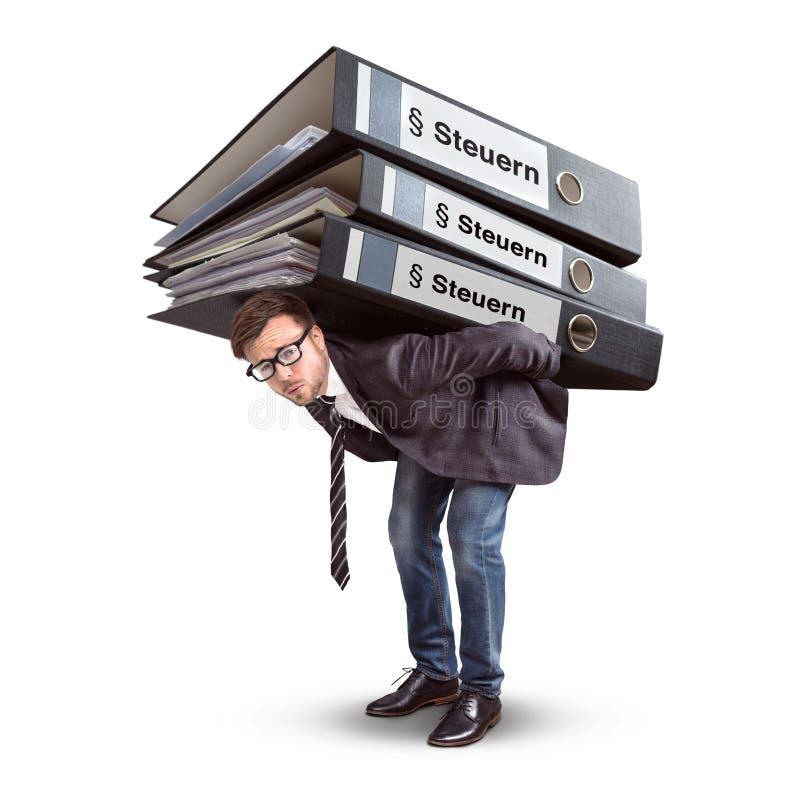 Man som bär en jätte- bunt av skattmappar som isoleras på vit som isoleras på vit arkivfoton