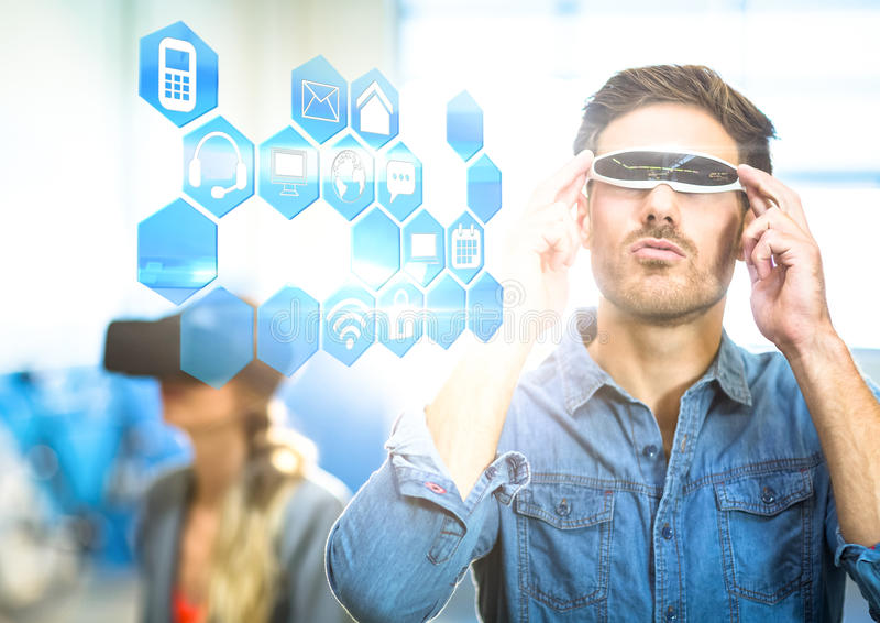 Man som bär VR-virtuell verklighethörlurar med mikrofon med manöverenheten royaltyfri fotografi