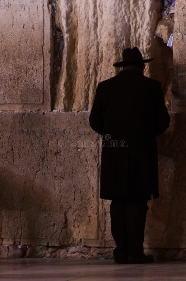 Man som ber på den att jämra sig väggen i Jerusalem, Israel arkivfoton