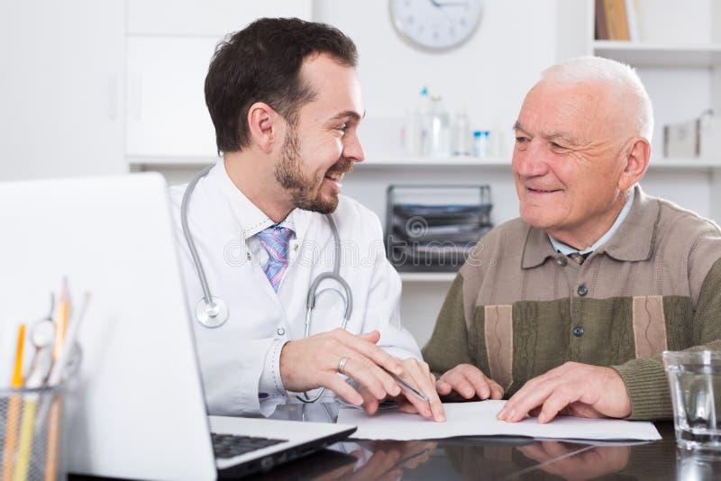 Man som besöker doktorn arkivfoton