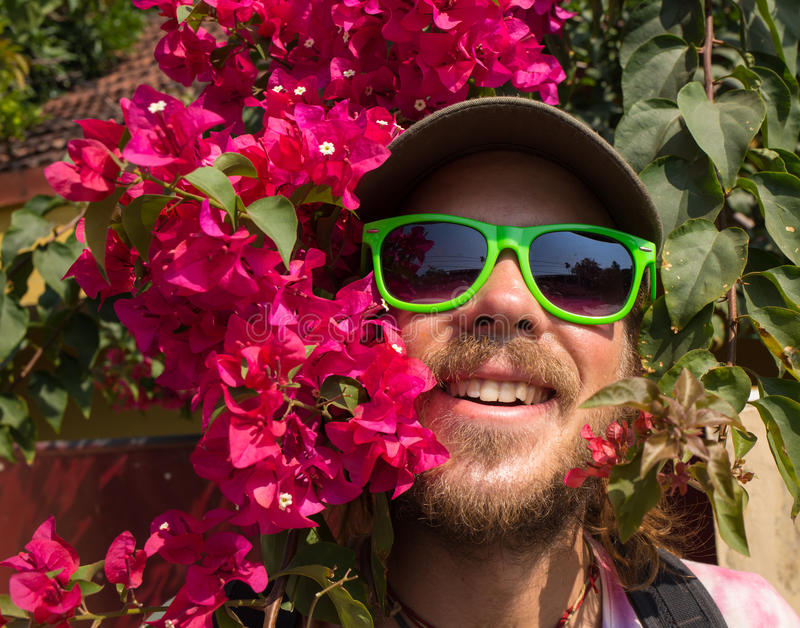 Man som beskär blommor och att arbeta i trädgården royaltyfri bild