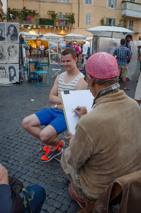 Man som drar en karikatyr till en annan man i piazza Navona i Rome i Juli 2013 italy arkivfoto