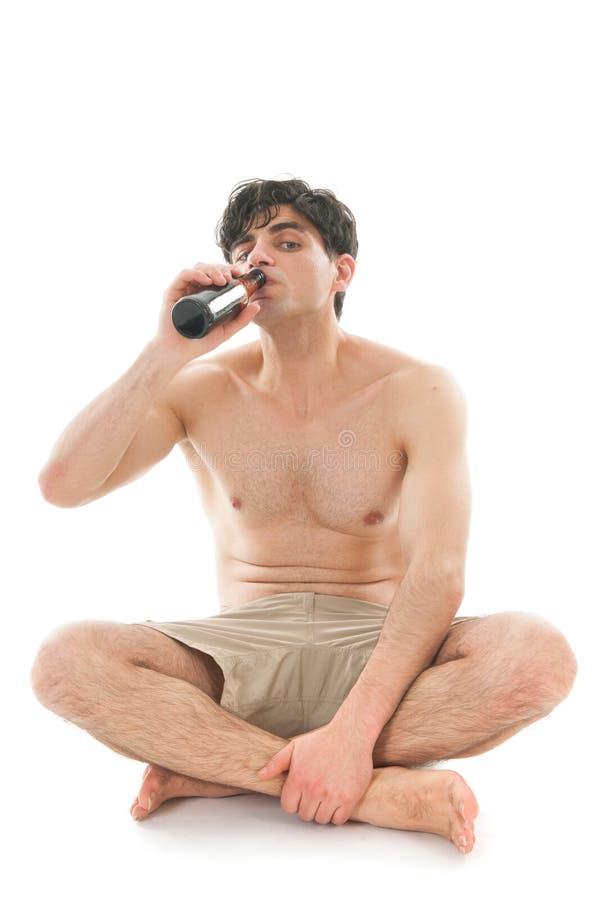 Man som dricker öl royaltyfria foton
