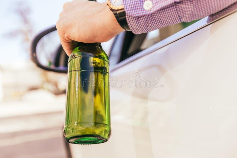 Man som dricker alkohol, medan köra arkivfoto