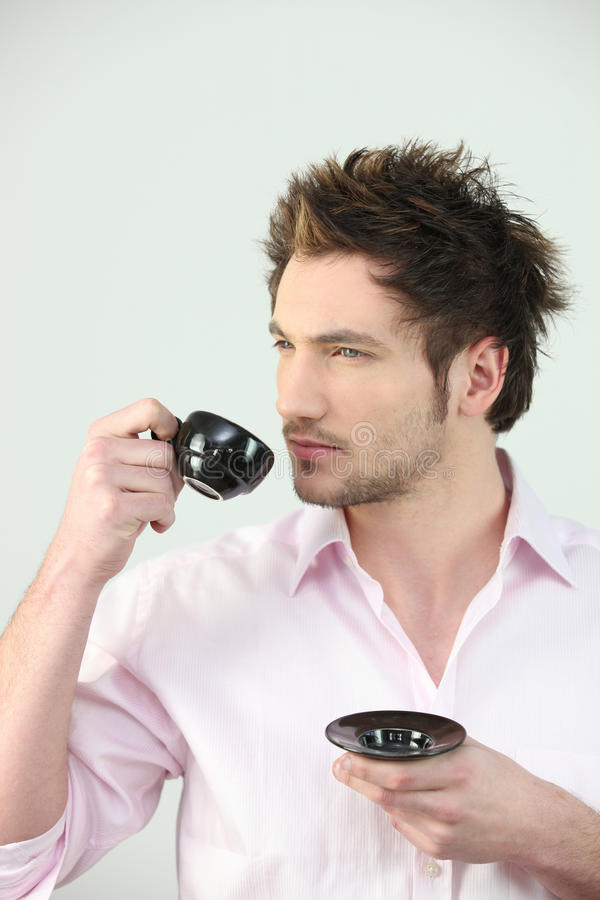 Man som dricker kaffe royaltyfria bilder
