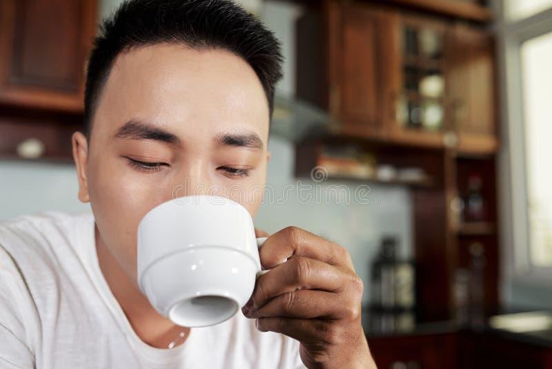 Man som dricker kaffe i morgonen arkivfoton