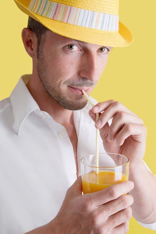 Man som dricker orange fruktsaft arkivbilder