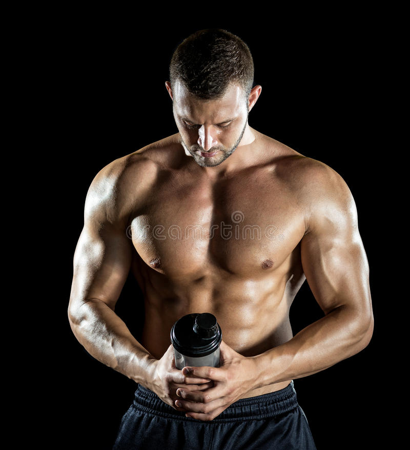 Man som dricker proteinskakan arkivfoto