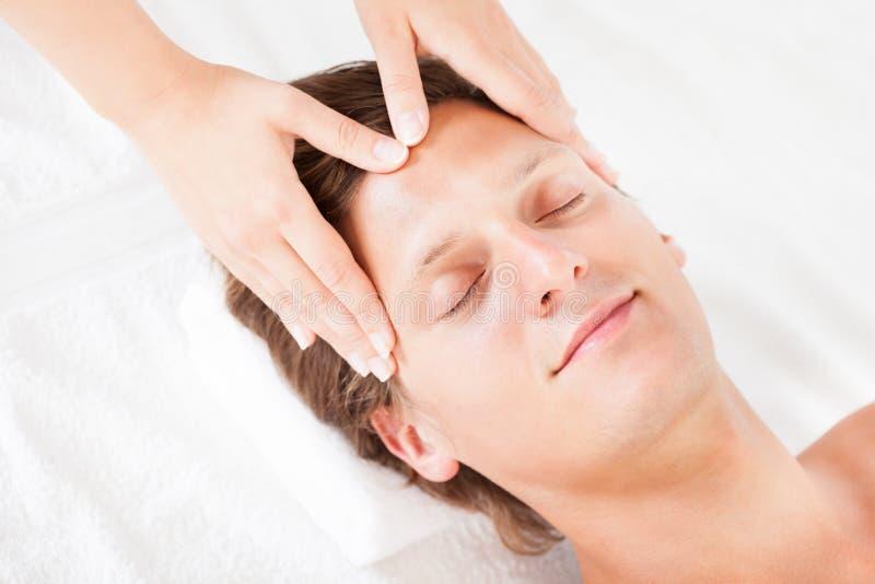 Man som får den head massagen royaltyfria bilder