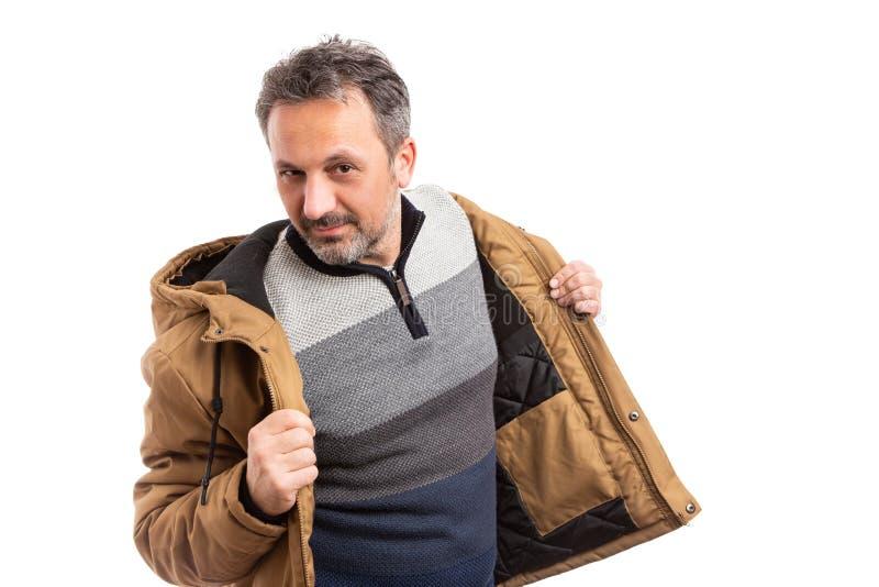 Man som får klar för kallt väder med omslaget arkivbild