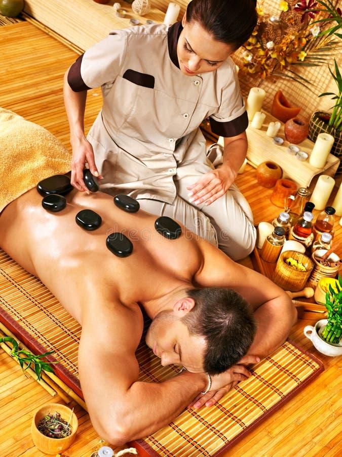 Man som får stenterapimassage royaltyfri foto