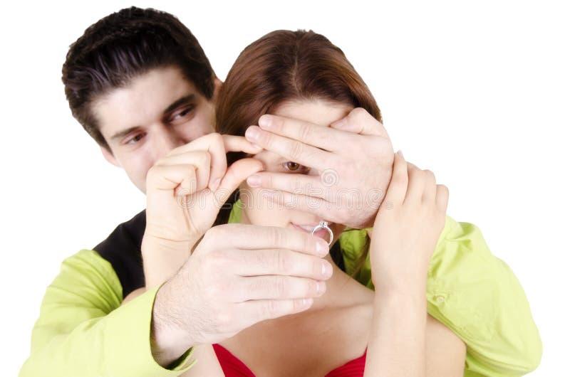 Man som föreslår förlovningsringen arkivfoton