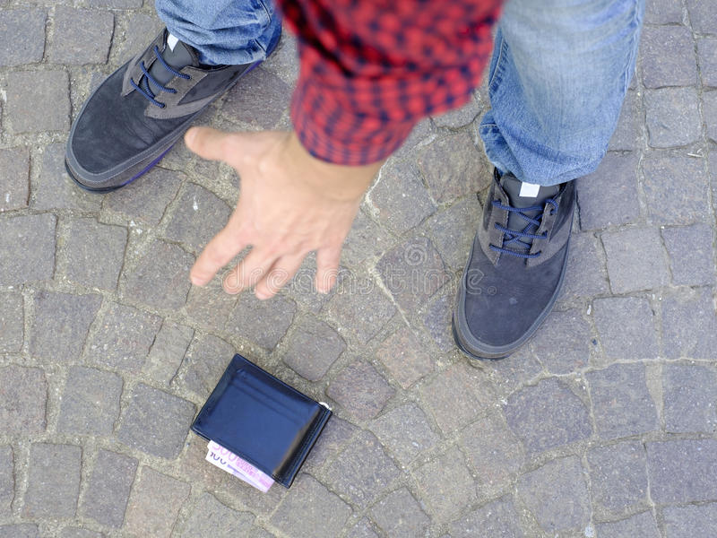 Man som förlorar hans plånbok royaltyfri foto
