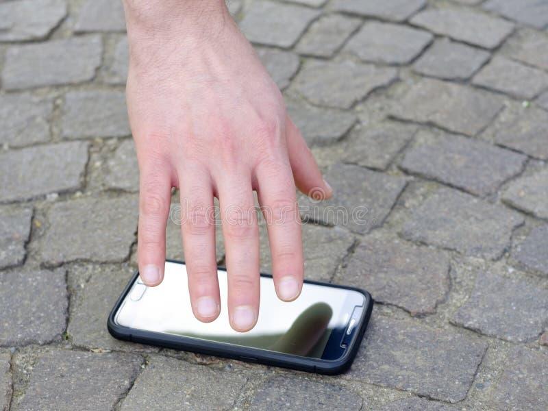Man som förlorar hans Smart-telefon royaltyfri fotografi