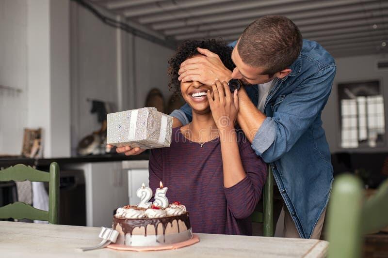 Man som förvånar flickan på födelsedag arkivbilder